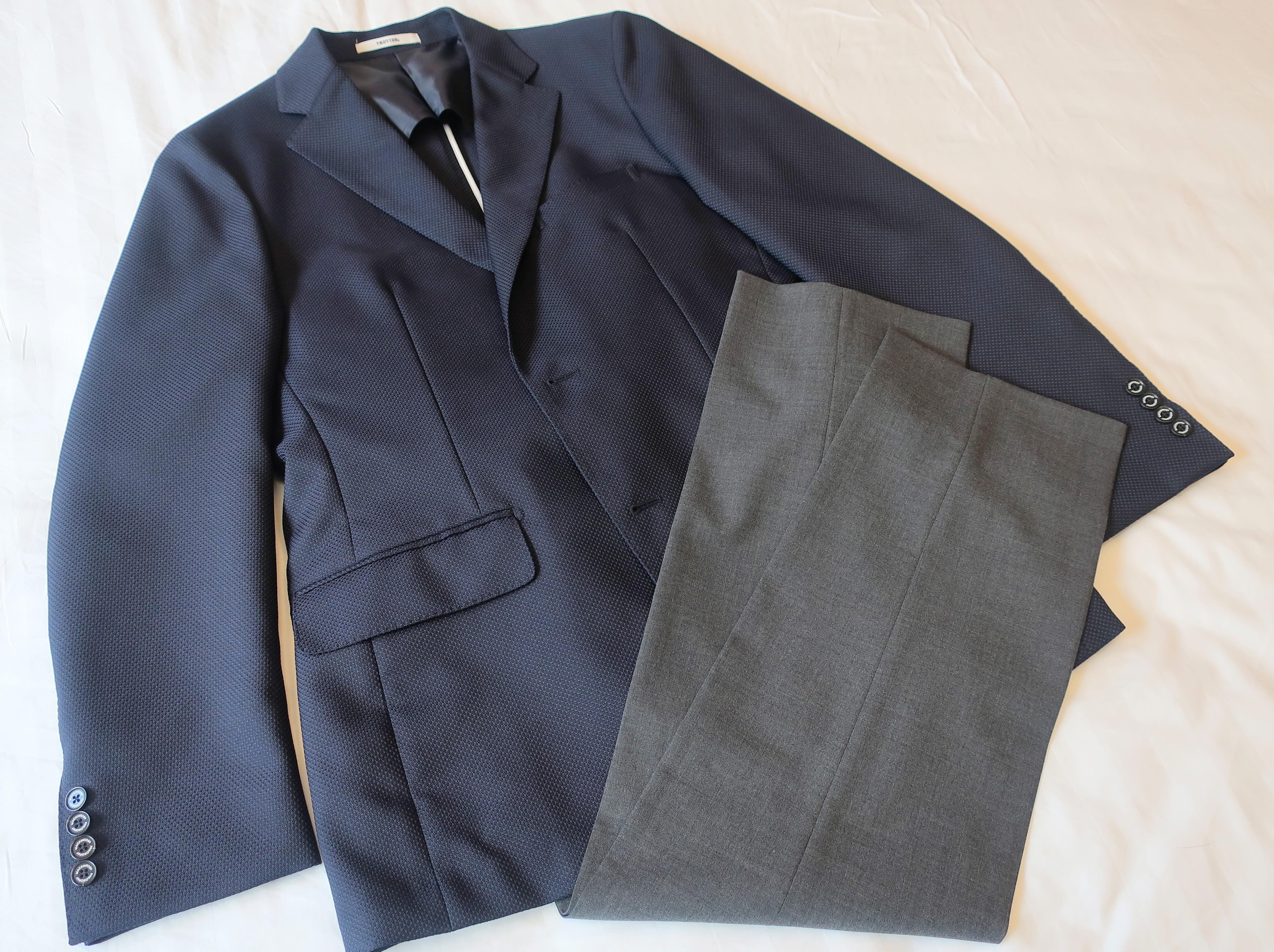 クールビズの定番コーディネイトであるネイビージャケットとグレーパンツ