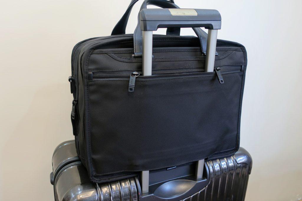 TUMIのバッグをスーツケースハンドルに取り付けた