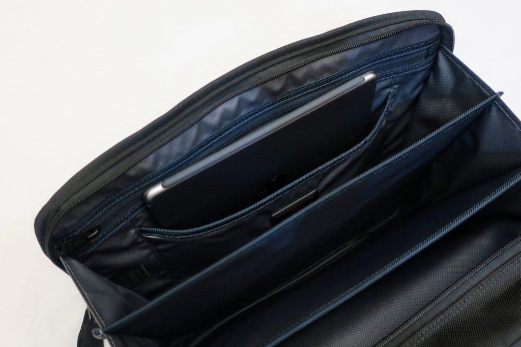 TUMIのバッグ付属のタブレット収納スペース