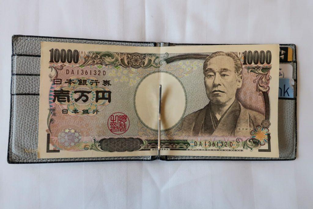 日本円を入れたヴァレクストラのマネークリップ